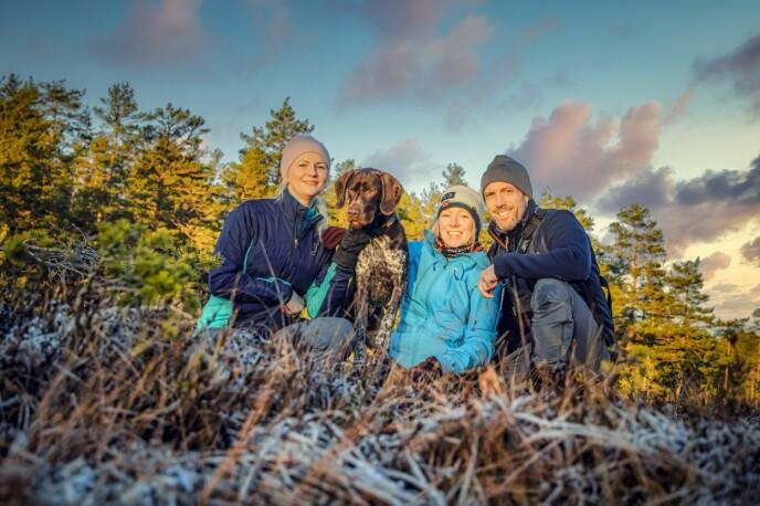 HELDIG: Iryna Scharrer (40) mener hun har vært veldig heldig som får være stemor til Lara (17). Her er hun på tur med mannen sin Thomas Scharrer (45) og stedatteren og familiens hund Bruno. FOTO: Privat