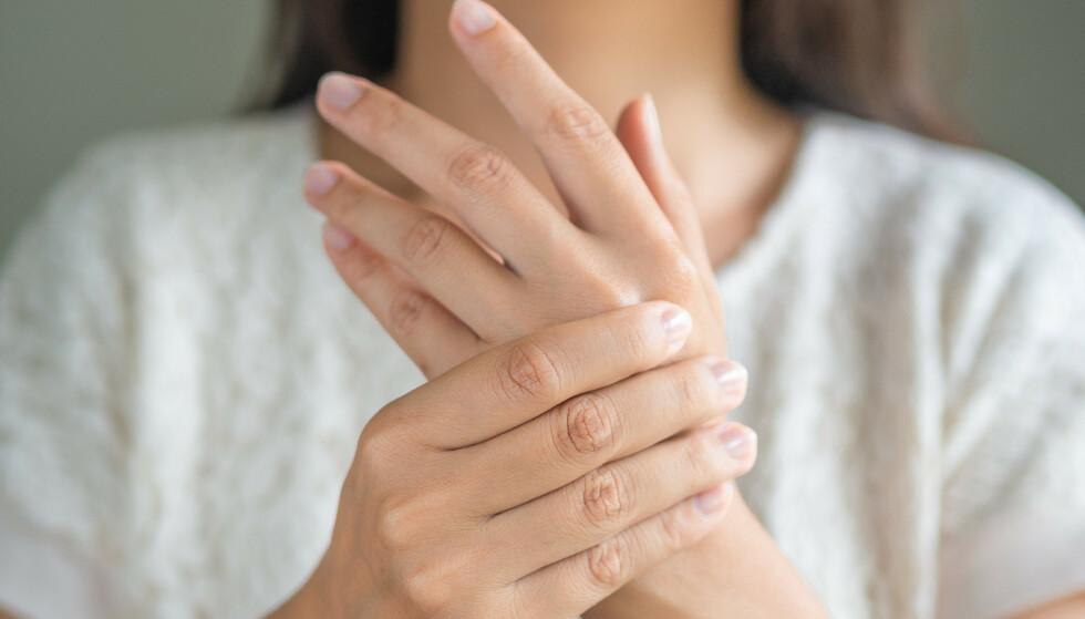 AMMETOMMEL: Å ha vondt i tommel-leddet og vondt for å gripe rammer ikke bare kvinner, selv om d et går under betegnelsen ammetommel. FOTO: NTB