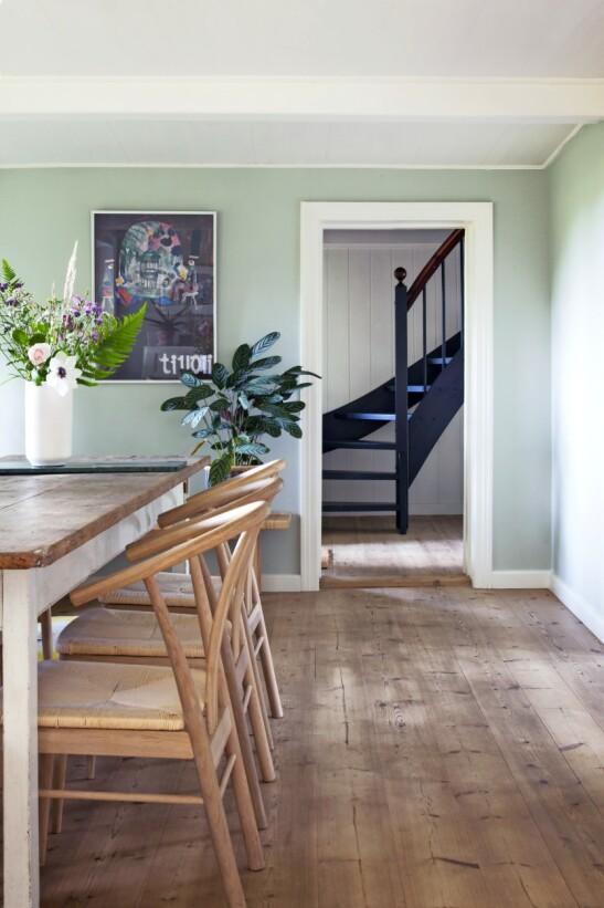 Når du innreder med en blanding av gamle og nye møbler, skaper du en kontrast i rommet som gjør innredningen mer moderne. Spisebordet er vintage, og stolene er kjøpt nye. På veggen henger en gammel Tivoli-plakat. FOTO: Iben og Niels Ahlberg