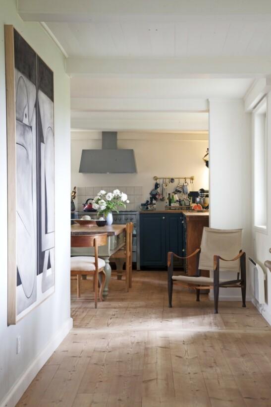 Hvis du har et stort kjøkken, kan du innrede med et bord som både kan brukes som en slags kjøkkenøy og som en ekstra sitteplass til familien. FOTO: Iben og Niels Ahlberg