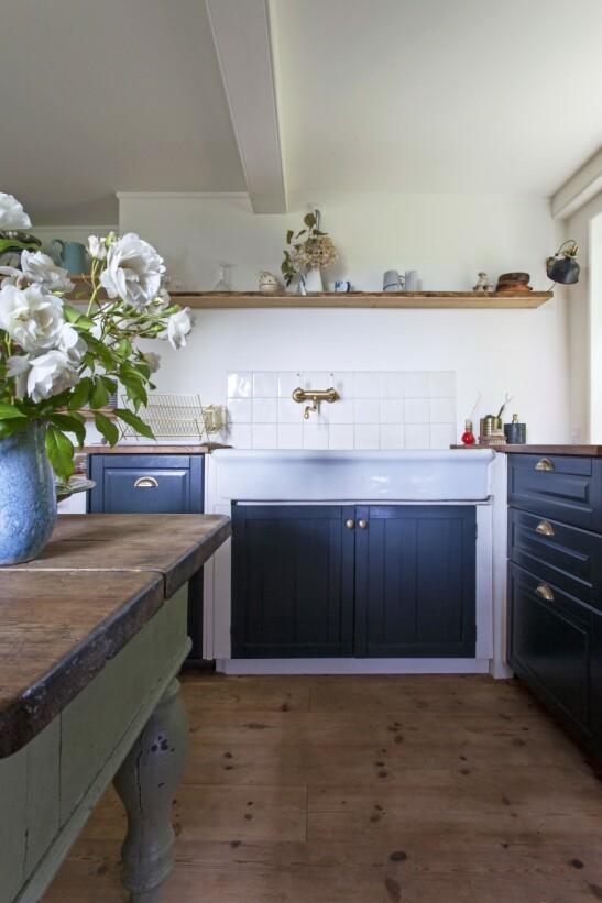 Kjøkkenet fra Kvänum, porselensvasken fra Boho Habits og det antikke bordet i midten passer fint inn i gårdens landlige stil. FOTO: Iben og Niels Ahlberg