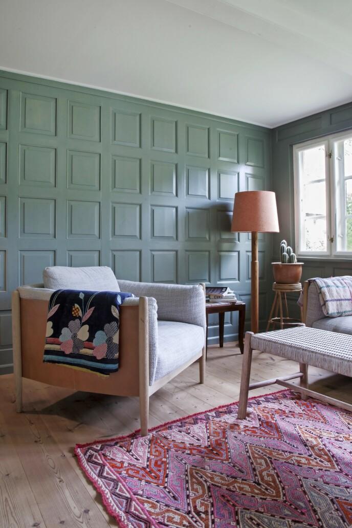 Carla Cammilla har malt den gamle trepanelveggen i en fin grønnfarge fra Farrow & Ball. FOTO: Iben og Niels Ahlberg