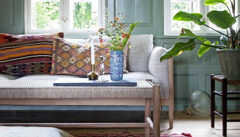 Skap en sommerlig stemning med lette møbler og fargerike tekstiler. FOTO: Iben og Niels Ahlberg