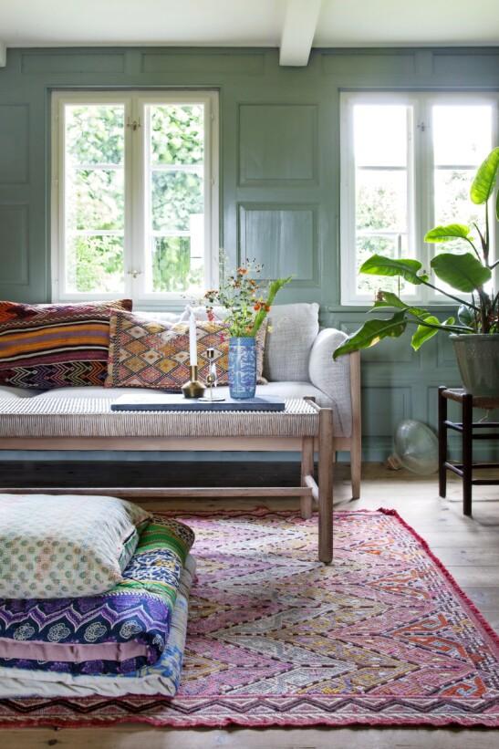Flettede detaljer på møbler har eksistert i over 200 år, da man begynte å framstille snorer av halm. Siden da er sjøgress, siv og papir også blitt brukt. Kjente danske møbeldesignere som Børge Mogensen, Hans J. Wegner og Kaare Klint tok til seg håndverket på 1930- og 40-tallet, og mange av deres møbler er nå tidløse klassikere. Sofabordet har fulgt Carla Cammilla i mange år.