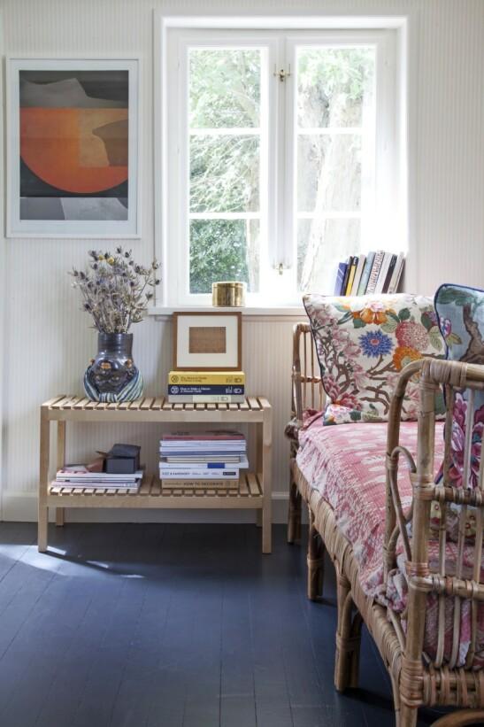Husets soverom skiller seg stilmessig ut fra resten av innredningen. Her er inspirasjonen fra Mexico med massevis av farger og flettede møbler. Et nøytralt, stripete tapet skaper en rolig bakgrunn for fargene. Tips! Få sommerhusstemningen inn i innredningen med naturinspirerte plakater, tørket siv i vaser og lyse tremøbler. FOTO: Iben og Niels Ahlberg