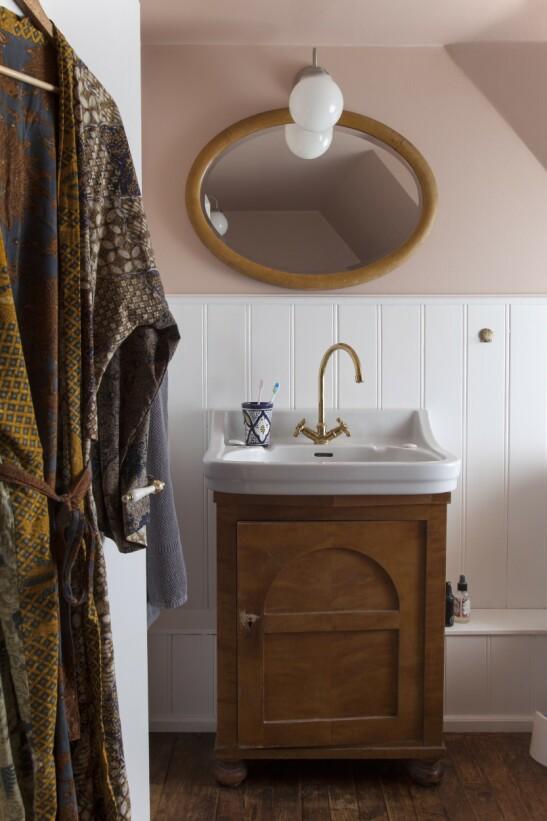 Carla Cammilla mener at man alltid bør ta hensyn til de originale detaljene i et hus når man innreder, og det har hun gjort på badet. Tips! Gjør et hvitt bad mer spennende ved å tilføre farge på veggene. FOTO: Iben og Niels Ahlberg