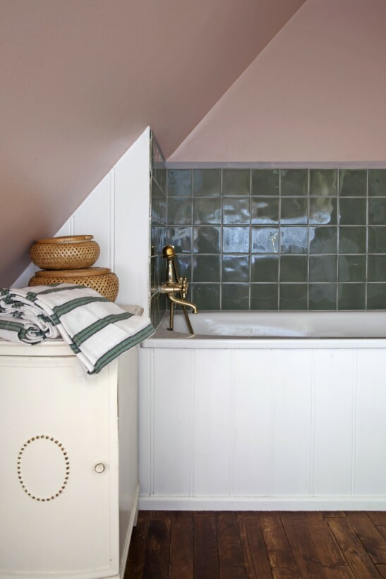Badet har flere originale ting, slik som det innebygde badekaret og de grønne flisene. FOTO: Iben og Niels Ahlberg