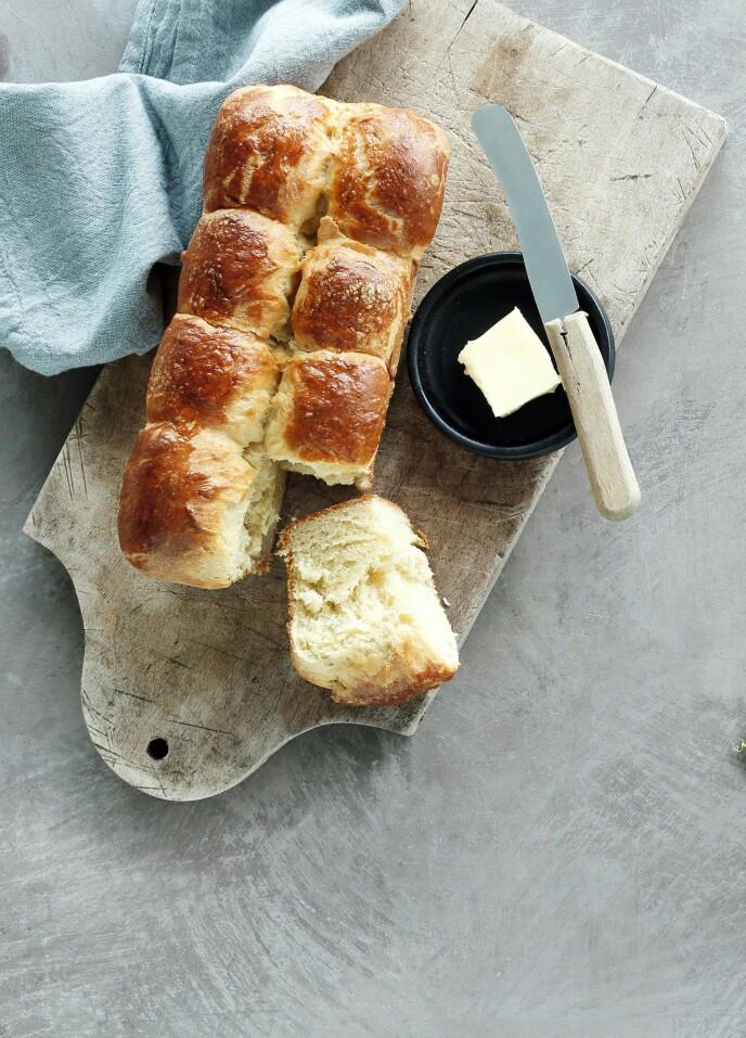 Brioche er en fransk brødklassiker som kjennetegnes ved å være myk, luftig og bakt med smør. Tips! Brioche kan serveres på frokostbordet med smør og syltetøy. De fungerer også supert som burgerbrød. FOTO: Martin Tanggaard