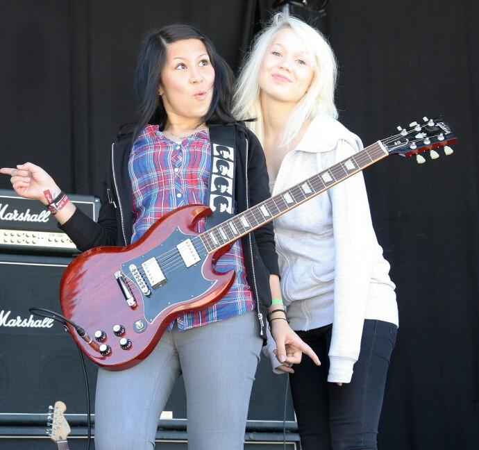 STØTTE: Agnete kaller band-venninnen Emelie Nilsen for en klippe i livet. FOTO: Privat