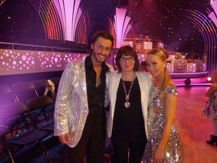 DANSEGLAD: Agnete var bare 20 år da hun vant «Skal vi danse» sammen med partner Egor Filipenko. I midten er Agnetes mamma Signe Iversen. FOTO: Privat