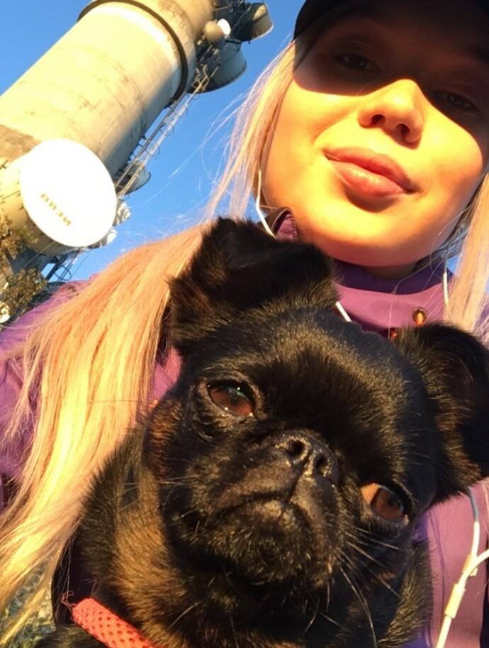LYS I MØRKET: Agnete har hatt hunden Wilma siden 2016, og beskriver den lille følgesvennen som en stor trøst i den vanskelige tiden. FOTO: Privat