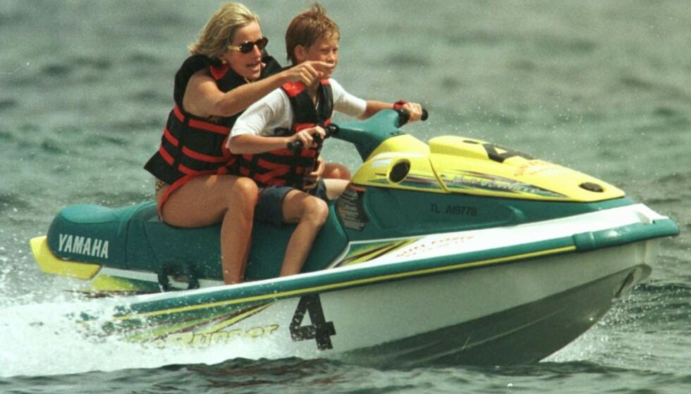 GODE MINNER: Prins Harry og mamma Diana på vannskuter på den franske riviera i 1997. Bare måneder senere omkom Diana i en bilulykke i Paris. FOTO: NTB