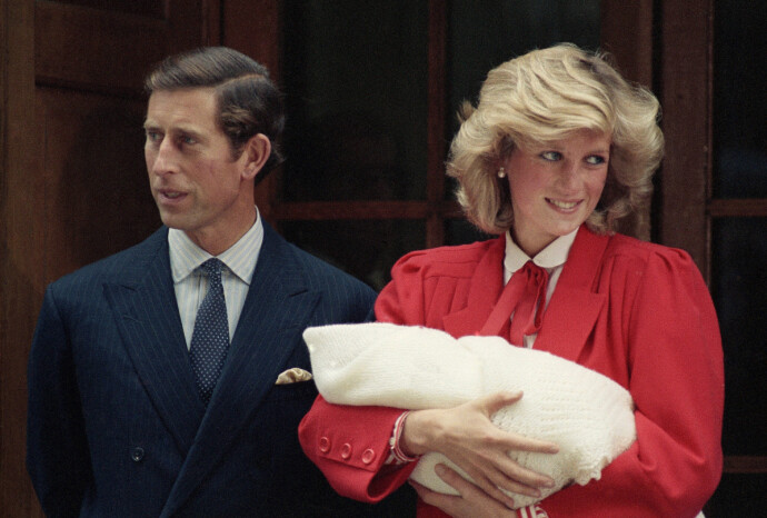 STOLTE: DE nybakte foreldrene Charles og Diana med lille Harry i armene utenfor St. Mary's Hospital in Paddington i 1984. Harry ble født 15. september. FOTO: NTB