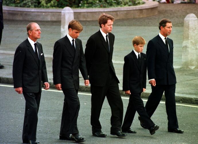 TUNG MARSJ: Harry og broren William følger etter moren Dianas kirke gjennom Londons gater under begravelsen i 1997. FOTO: NTB