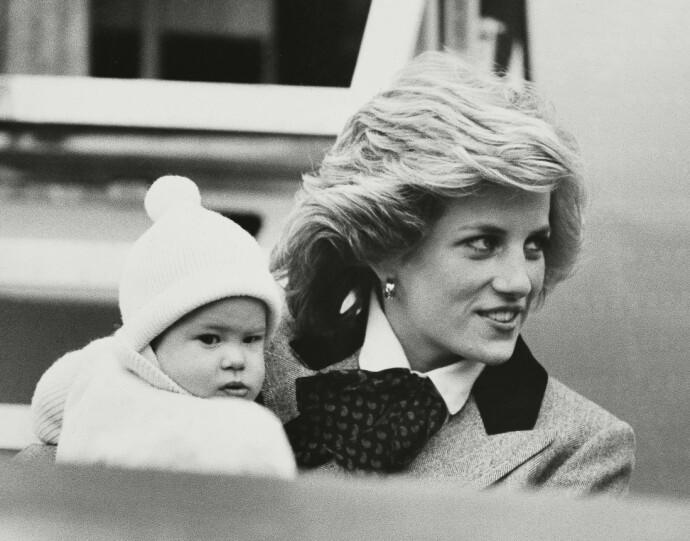 PÅ MAMMAS ARM: Seks måneder gamle Harry og mamma på vei til hans første besøk på Balmoral slott. FOTO: NTB
