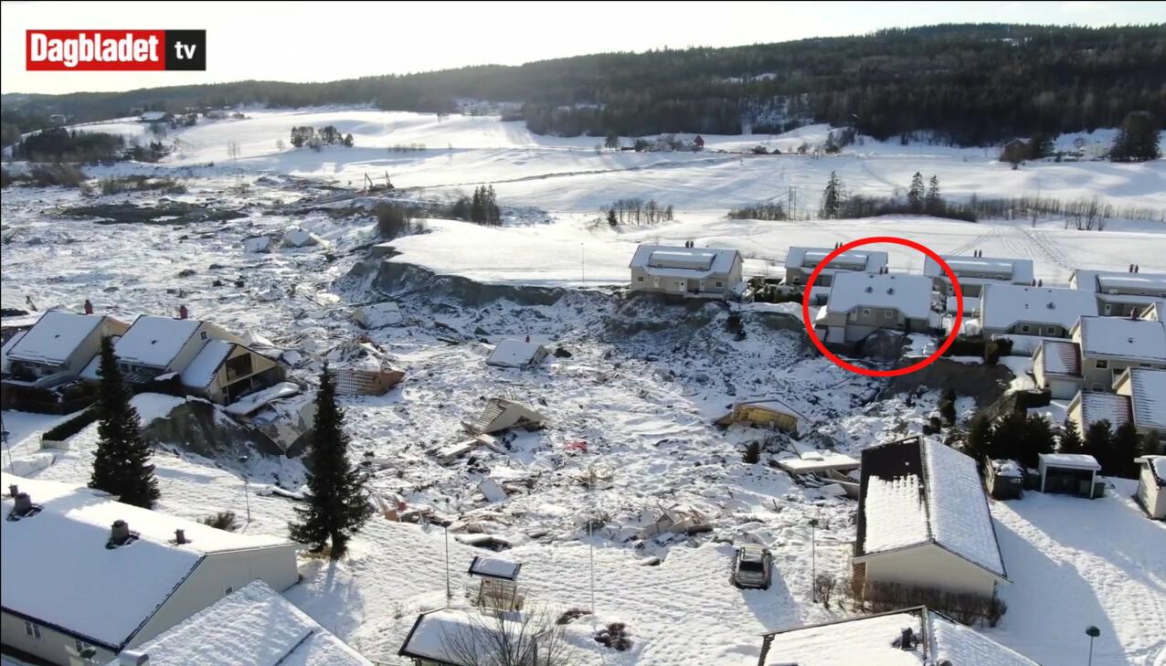 PÅ KANTEN: Huset til Ane og de tre barna i Nystulia i Gjerdrum står helt på kanten av skredet. Dette bildet er fanget med dronekamera, og ble tatt i februar 2021. FOTO: Anders Martinsen, UAS Norway Pool / Dagbladet