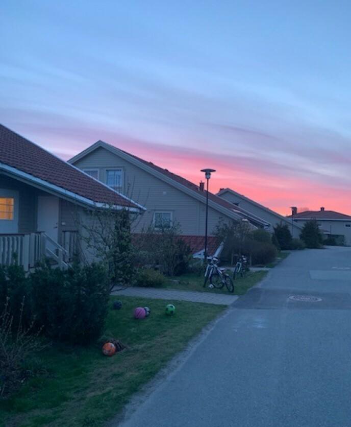 FREDFULLT: Gata i Nystulia der familien Gjerdrum bodde i to år. Mamma Ane elsket at barna hadde kort vei til lekeplassene, de sjarmerende hagene og de hyggelige naboene. FOTO: Privat