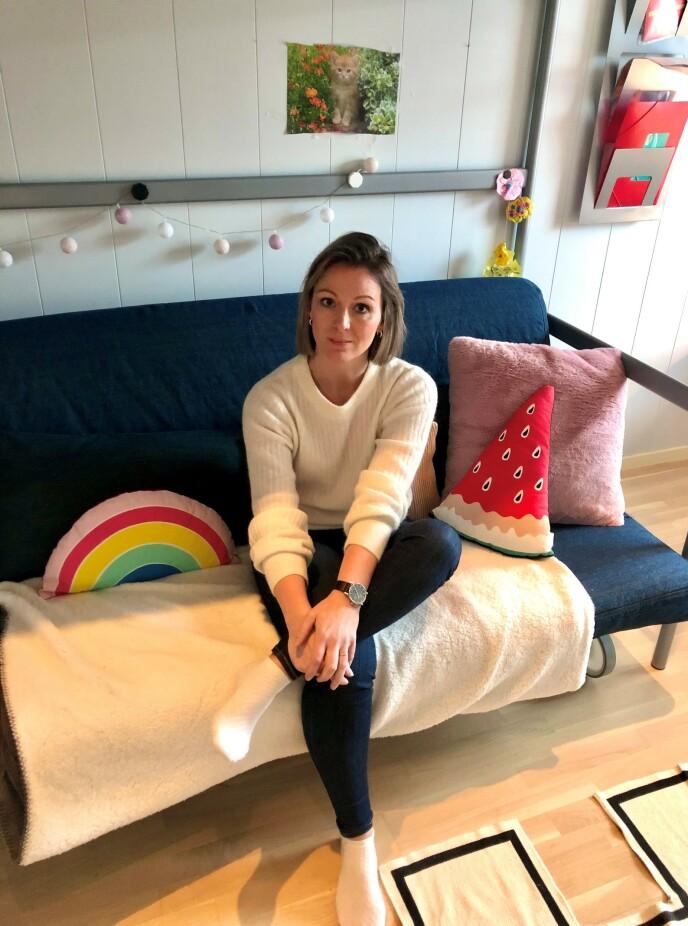 MIDLERTIDIG HJEM: Ane fotografert på det nye rommet til yngstedatteren. De har vært heldige og fått leie en midlertidig bolig i Gjerdrum. FOTO: Malini Gaare Bjørnstad