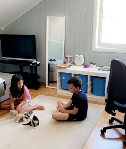 TRYGT: Nora Esther og Adam leker med de nye kattungene de fikk, kort tid før skredet i romjulen 2020. FOTO: Privat