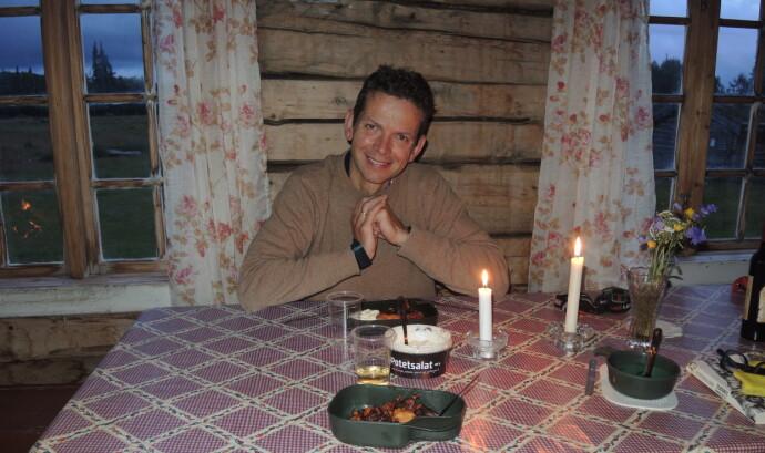 ROMANTISK PÅ FJELLET: – Jan Halvor kom med god mat og en liten flaske vin til feiring av bryllupsdagen, sier Inger Karin og forteller at hun ventet på ham på den idylliske nedlagte fjellgården Gressåmoen. FOTO: Privat