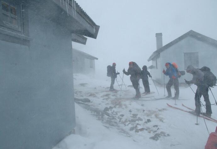FØRSTE STEGET: Den første etappen av Norge på langs, sammen med barna og mannen. Turen gikk gjennom Ryfylkeheiene fra hytte til hytte. Været varierte, og her ankommer familien Heibergtunet Storevatn. FOTO: Privat