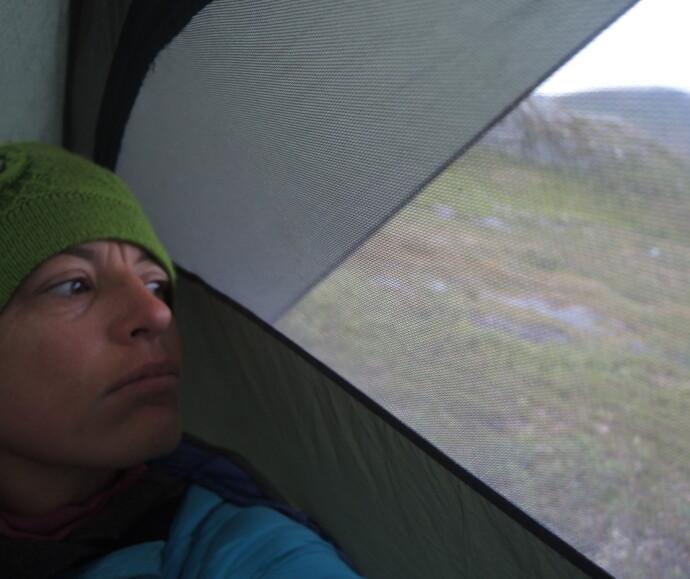 ALENE I BJØRNENS RIKE: – Hørte jeg en bjørn? Inger Karin gjorde seg mange tanker i teltet under den ni dagers lange fjelltur alene i Lierne. FOTO: Privat