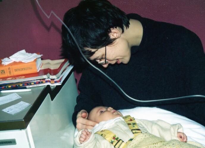 ENDELIG MOR: I januar 1995 blir Kristina født. Inger Karins kropp er sliten etter svangerskapet, og hun må ha flere lange antibiotikakurer i spedbarnstiden. Her er det tid for en ny intravenøskur på kjøkkenet hjemme- men også tid for et kjærlig øyeblikk mellom mor og datter. FOTO: Privat