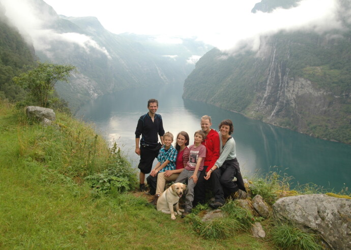 DET VIKTIGSTE I LIVET: Inger Karin sammen med mannen Jan Halvor og de fire barna på tur i Geiranger. I 2010 ble også labradoren Juni en del av familien. FOTO: Privat