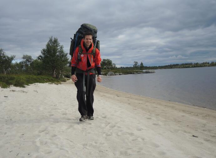 SHE AIN'T HEAVY: Mannen til Inger Karin måtte bære en sekk på nesten 30 kilo på langtur fra Femunden til Trøndelag sommeren 2016. Inger Karin var nylig operert for prolaps i ryggen, og måtte derfor overlate mye av oppakningen til mannen. FOTO: Privat