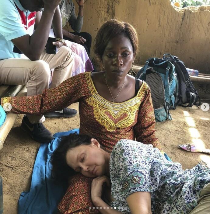 ENDELIG I SIKKERHET: Skuespiller Ashley Judd er full av takknemlighet over lokalbefolkningen som hjalp henne da hun skadet seg stygt under en reise i Kongo. FOTO: Skjermdump Instagram @ashley_judd