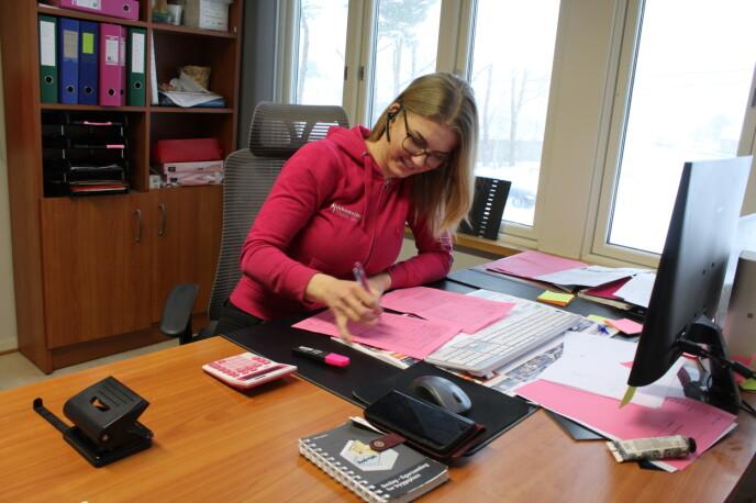 Elisabeth Heien (26) har to lærlinger i firmaet, og en av dem er svigerinnen Lene Lauvdal (20), som egentlig hadde planer om å bli elektriker. FOTO: Signe Marie Rølland