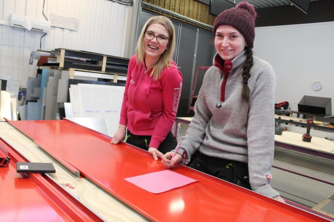 Elisabeth Heien (26) har to lærlinger i firmaet, og en av dem er svigerinnen Lene Lauvdal (20). FOTO: Signe Marie Rølland