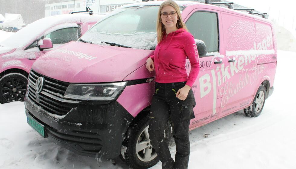 ROSA: Elisabeth Heiens første firmabil ble foliert hjemme i garasjen, og hun kjørte først rundt med en rosa dør og så to ... FOTO: Signe Marie Rølland
