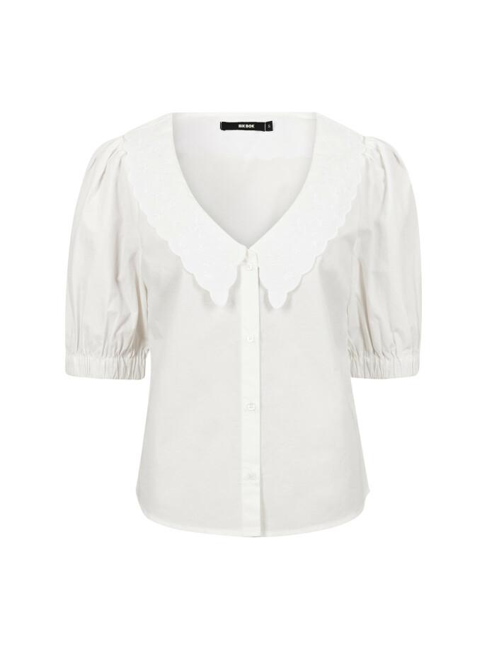 Bluse med blondekrage (kr 300, Bik Bok).