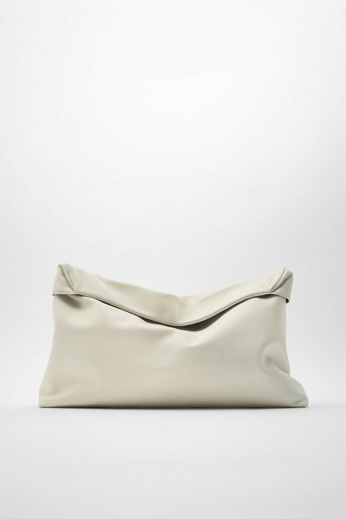 Hvit med klaff (kr 1000, Zara).