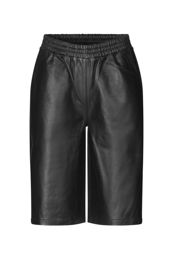 Knelang shorts (kr 2000, Just Female).