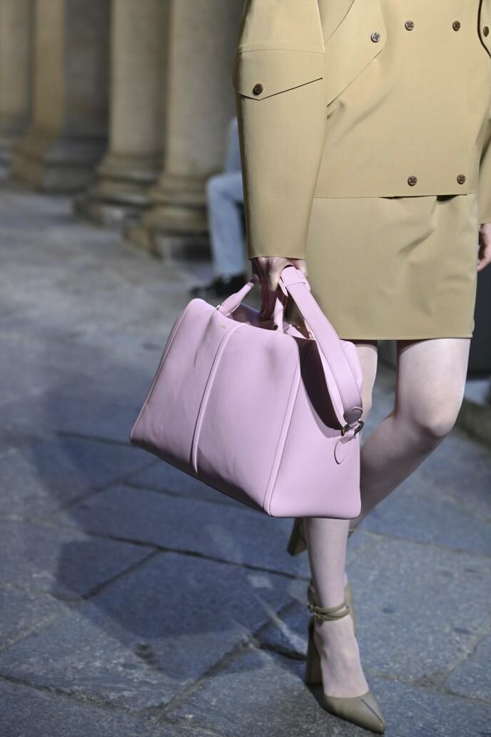 Max Mara. Om rosa plagg blir litt for mye, er tilbehør en god måte å introdusere trenden på. En rosa skinnveske kler klassiske farger som beige, svart og mørkeblått veldig godt. FOTO: NTB