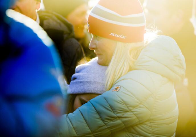DÅRLIG SAMVITTIGHET: Mette-Marit har fremdeles skyldfølelse for å ha lagt skylden på datteren Ingrid Alexandra for skiulykken. Dette bildet av mor og datter ble tatt under kongeparets 25-årsjubileum i 2016. FOTO: Vegard Wivestad Grøtt / NTB