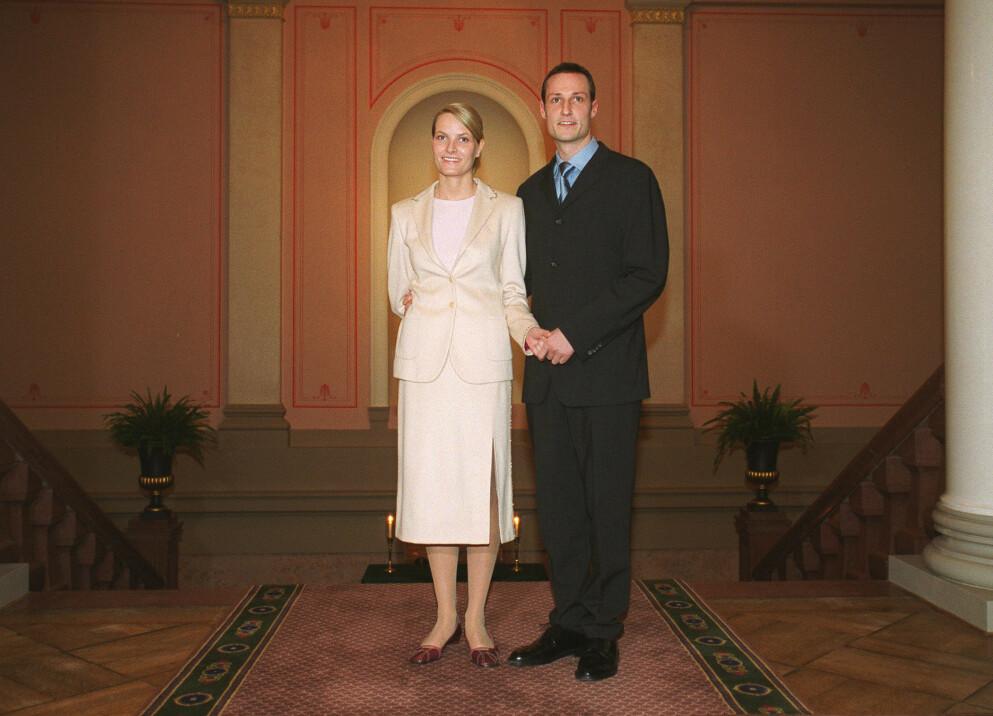 2000: Her forteller Mette-Marit og kronprins Håkon at de er forlovet. Nå ser kronprinsessen tilbake på antrekket og synes synd på seg selv. Foto: NTB
