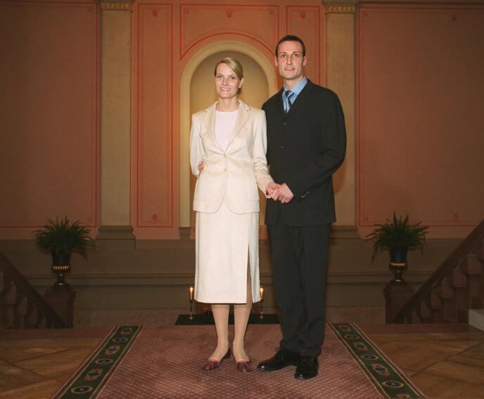 FORLOVELSEN: Paret forlovet seg i 2000 og kronprinsessen fikk beskjed om å ha på seg drakt. Foto: NTB