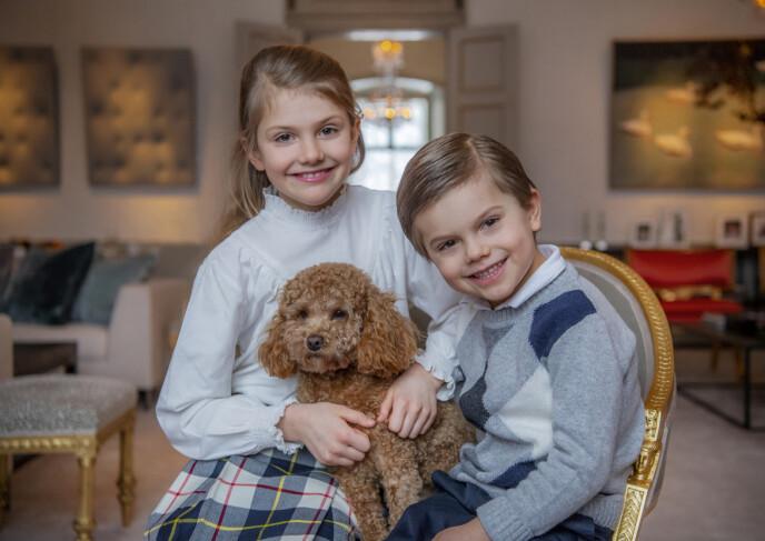 SØSKENKJÆRLIGHET: Prinsesse Estelle med lillebroren prins Oscar og familiehunden Rio på Haga slott kort tid før fødselsdagen. FOTO: Det svenske kongehuset / Kate Gabor