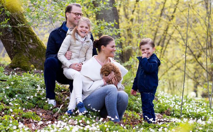 STERKE BÅND: Kronprinsesse Victoria har vært åpen om det sterke ønsket om å bli mor. Nå er hun mamma til prinsesse Estelle og prins Oscar. Her utenfor Haga slott med valpen Rio. FOTO: Det svenske kongehuset/ Sara Friberg