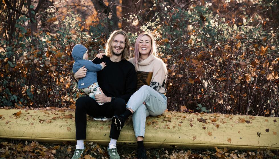 FAMILIEN: Jakob og Stine med lille Storm som gir så mye glede, men også krever sitt. FOTO: Astrid Waller.
