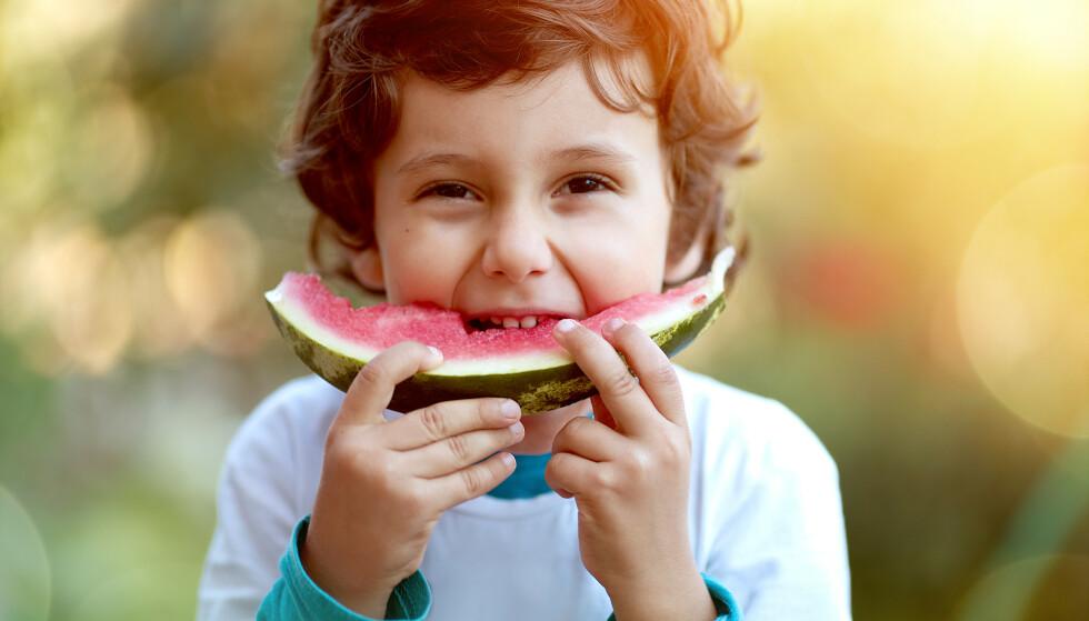 POSITIVE FØLELSER RUNDT MAT: Mat er både næring og kos, men fører noen ganger til skam og dårlig samvittighet. Slik kan du som forelder bidra til at barnet ditt får positive følelser rundt mat. FOTO: NTB Scanpix