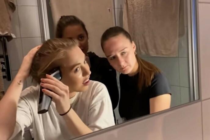 HÅRKLIPP: Med venninnene rundt seg går Lovisa på badet for å barbere av seg alt håret. FOTO: Privat