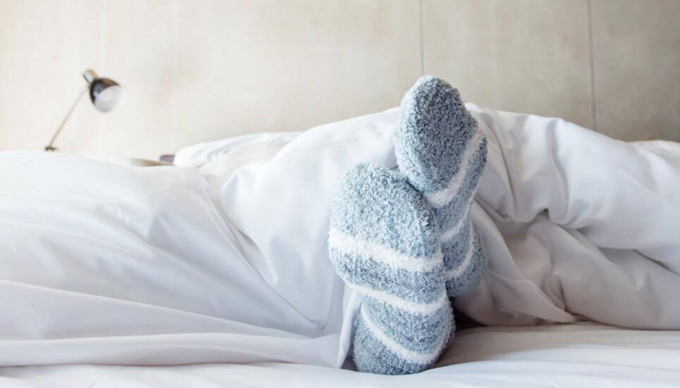 SØVN: Sliter du med å sove? Da kan det være du burde prøve sokketrikset! FOTO: NTB