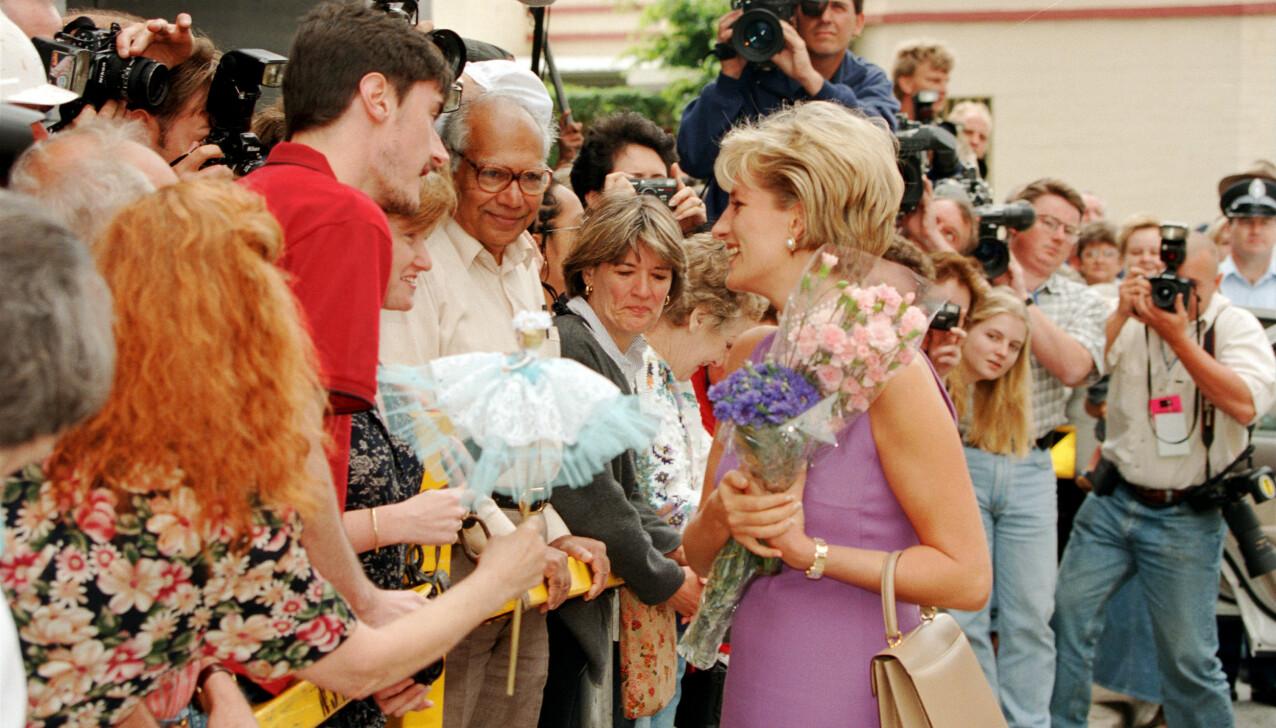 MØTTE FOLKET: Da prinsesse Diana var på offisiell reise i Australia i 1996, bar hun den den eksklusive Tank française-gullklokken fra Cartier, som nå er i Meghans eie. Her utenfor et sykehus i Sydney. Diana eide også to andre Cartier-klokker. FOTO: NTB