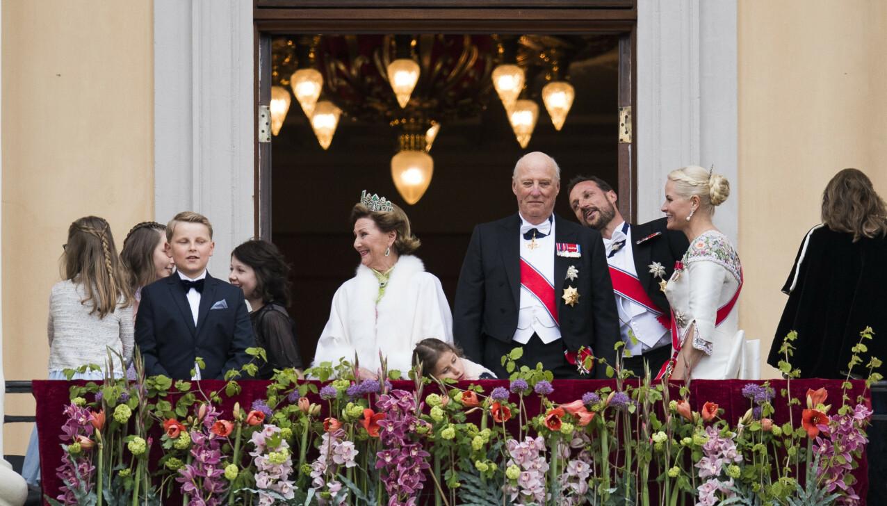 SJARMØR: - Det er tull at vi ikke lo, for vi lo faktisk veldig, sier kronprinsesse Mette-Marit om sønnens dabbe-stunt på slottsbalkongen 9. mai 2017 i anledning kongeparets 80-årsfeiring. Men hun erkjenner også at hun var stressa for hvordan han ville ta oppmerksomheten han fikk. FOTO: Jon Olav Nesvold / NTB