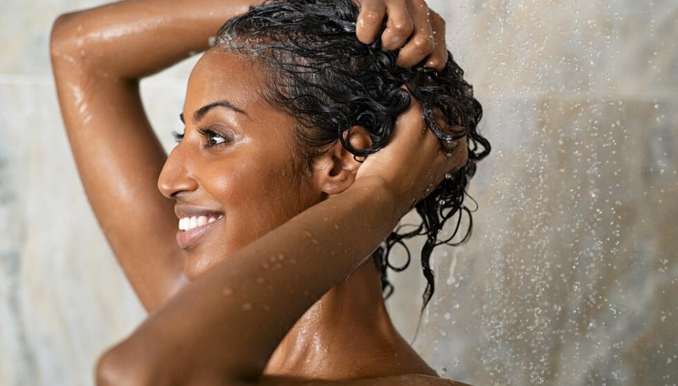GODT TIPS: Vått hår er utrolig skjørt. Derfor er det kanskje lurt å bytte ut håndkledet med en t-skjorte! Foto: NTB