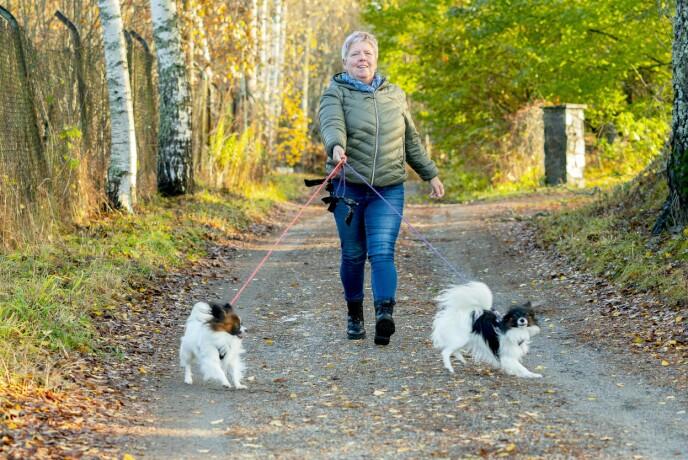 Inger Lise finner en spesiell ro ved å være ute i naturen. De to hundene Lea (1) og Nala (3) drar matmor ut i frisk luft.